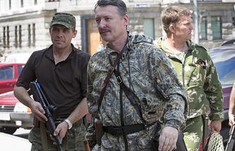 Игорь Стрелков (в центре)