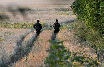 Военные патрулируют территорию недалеко от границы с Украиной