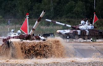 Танки Т-72Б на чемпионате мира по танковому биатлону - 2014 в подмосковном Алабино. 16 августа 2014 года