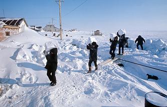 Остров Врангеля. Полярники заготавливают снег для питьевой воды, 1974 год