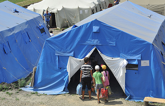 Дети на территории лагеря для беженцев