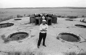Местный житель у одной из заброшенных шахт, где проводились ядерные испытания, Семипалатинск, 1991 год