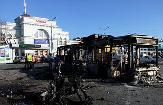 Украина. Донецк. 30 августа. Троллейбус на Привокзальной площади, сгоревший в результате артобстрела со стороны украинской армии.