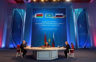 Президент Белоруссии Александр Лукашенко, президент Казахстана Нурсултан Назарбаев и президент России Владимир Путин (слева направо). Астана, 29 мая 2014 года