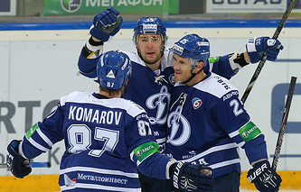 Максим Пестушко (в центре)