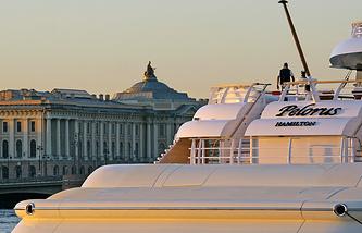 Яхта Романа Абрамовича пришвартована у Английской набережной Санкт-Петербурга