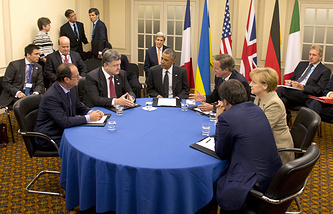 Франсуа Олланд, Петр Порошенко, Барак Обама, Дэвид Кэмерон,  Ангела Меркель и Маттео Ренци (слева направо за столом) во время встречи на саммите стран-участниц Североатлантического альянса