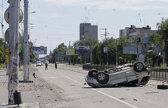 Последствия артобстрела одной из улиц Луганска