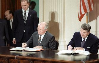 Договор был подписан 8 декабря 1987 года в Вашингтоне генеральным секретарем ЦК КПСС Михаилом Горбачевым (на фото слева) и президентом США Рональдом Рейганом