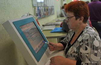 Женщина, прибывшая с Украины в городском центре занятости. Новосибирск. Архив