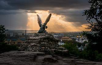 Скульптура «Орел» вот уже двадцать лет считается официальным символом Кавказских Минеральных Вод. Орел олицетворяет целебную силу минеральных источников, побеждающих болезни, которые символизирует змея в когтях у могучей птицы.