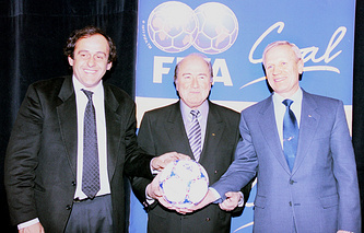 Вячеслав Колосков (справа) вместе с президентом УЕФА Мишелем Платини (слева) и главой ФИФА Йозефом Блаттером