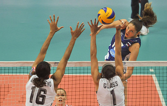 Эпизод из матча между женскими сборными России и США на чемпионате мира