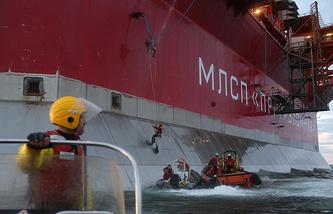 """Активисты Greenpeace во время акции протеста у нефтедобывающей платформы """"Приразломная"""" в Печорском море"""