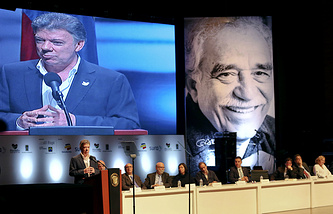 Президент Колумбии Хуан Мануэль Сантос (слева) на церемонии вручения премии Габриэля Гарсии Маркеса