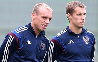 Футболисты Денис Глушаков и Дмитрий Комбаров (слева направо)