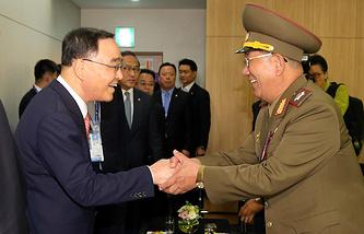 Премьер-министр Южной Кореи Чон Хон Вон и начальник Главного политического управления Корейской народной армии вице-маршал Хван Бён Со