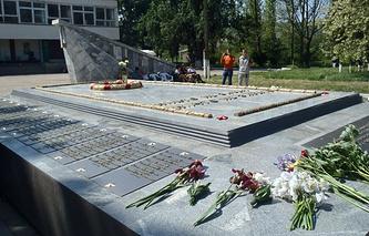 Братское кладбище советских воинов в селе Суворово после реставрации
