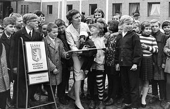 Писательница Астрид Линдгрен (в центре) на встрече со школьниками. 1966 год