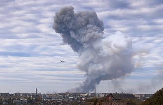 Украина. Донецк. 20 октября 2014 года,  дым после взрыва в районе завода химических изделий