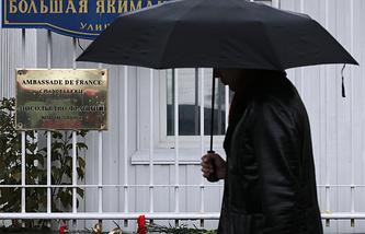Цветы у французского посольства в память о погибших в результате крушения самолета Dassault Falcon 50 в аэропорту Внуково