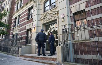 Полицейские Нью-Йорка возле дома 33-летнего врача Крейга Спенсера
