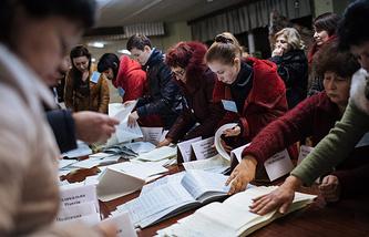 Подсчет голосов на избирательном участке в Краматорске