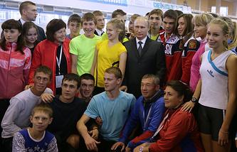 Президент РФ Владимир Путин с победителями Летних юношеских Олимпийских игр 2014 года в Нанкине