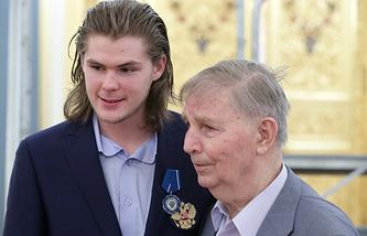 Виктор Тихонов с внуком