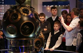 Во время экскурсии в музее Урании в Московском планетарии