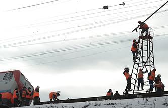 """Рабочие на месте столкновения скорого поезда №99 сообщением """"Владивосток - Москва"""" с электровозом на станции Сабик"""