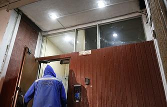 Сотрудник скорой помощи у подъезда жилого дома, где был найден мертвым актер Алексей Девотченко