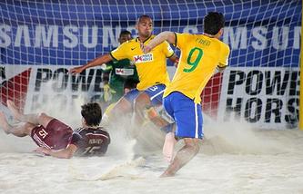 Эпизод из матча между сборными России и Бразилии