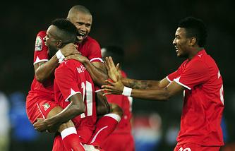 Футболисты сборной Экваториальной Гвинеи во время матча Кубка африканских наций-2012, который страна приняла наряду с Габоном
