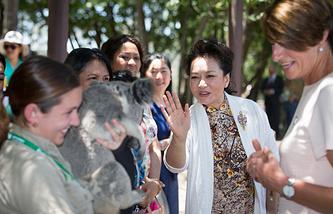 Жена лидера КНР Пэн Лиюань (посередине), жена премьера Австралии Маргарет Эббот (справа)