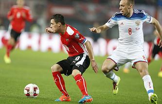 Полузащитник сборной России Денис Глушаков (справа) в матче против команды Австрии