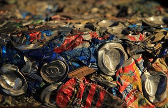 Спрессованный мусор на мусороперерабатывающем заводе