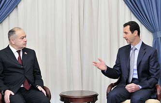 Заместитель председателя СФ РФ Ильяс Умаханов (слева) и президент Сирии Башар Асад (справа)