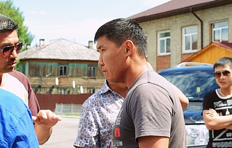Олег Юндунов (в центре)