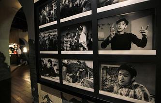 """Кадры из фильмов с участием Брюса Ли на выставке """"Брюс Ли: Кунг-фу, искусство, жизнь"""""""
