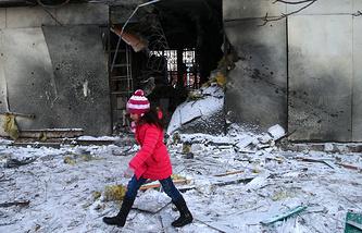 Архив. Последствия обстрела района Текстильщик, Донецк, 1 декабря 2014 года