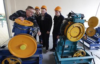 Студенты изучают устройство и принцип функционирования оборудования привода лифта в машинном отделении лифтового полигона Московского государственного колледжа электромеханики и информационных технологий