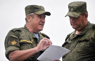 Заместитель главнокомандующего сухопутными войсками России генерал-лейтенант Александр Ленцов (слева)
