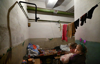 Бомбоубежище, где с июля 2014 года живут люди, потерявшие свое жилье в результате артобстрелов, Донецк, 22 декабря 2014 года