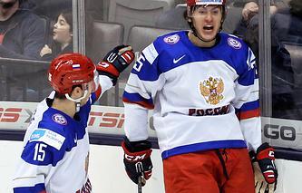 Голышев поздравляет Дергачева с заброшенной шайбой