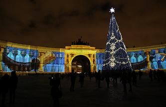 """Световое шоу """"Новогоднее путешествие"""" на фасадах Дворцовой площади"""