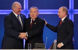 Президент Белоруссии Александр Лукашенко, президент Казахстана Нурсултан Назарбаев и президент России Владимир Путин (слева направо) после подписания соглашения о создании Евразийского экономического союза.