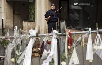 Полицейский у редакции Charlie Hebdo в Париже
