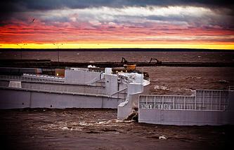 Плавучие затворы судопропускного сооружения С-1