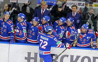 Игроки СКА поздравляют Артемия Панарина с шайбой в ворота ЦСКА